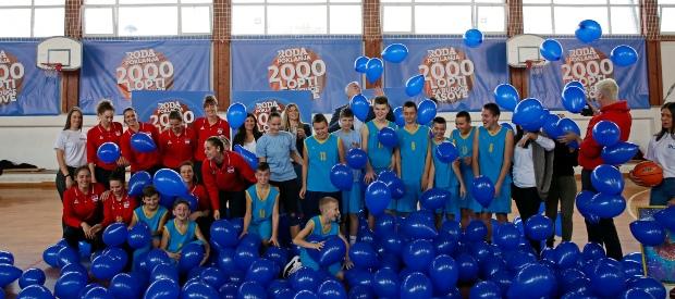 RODA i reprezentativke Srbije obradovali osnovce