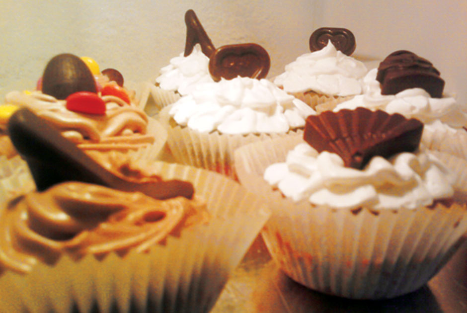 Čokoladni mafini sa topping šlagom Cessibon i sladoledom